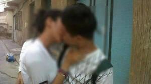 La foto incrimanata dei due adolescenti che si baciano (www.twitter.com)