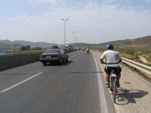 Una bici in autostrada. Manovra illegale, ma anche dettata dalla disperazione in questo triste caso