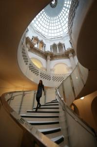 La grande scalinata circolare del nuovo Tate Britain, a Londra