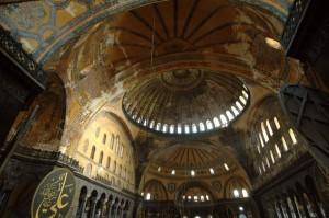 I meravigliosi interni di Aya Sofia, che fu prima chiesa cristiana, e poi moschea