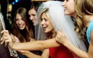 Nelle feste di addio al nubilato spesso le future spose indossano cerchietti con velo e dettagli hot nell'abbigliamento (solofeste.com)
