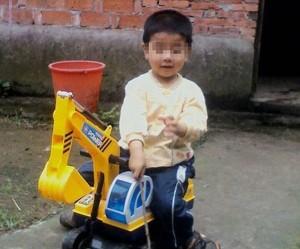 Tragedia in Cina: una madre ha fatto bere benzina a suo figlio, poi gli ha dato fuoco (dailymail.co.uk)