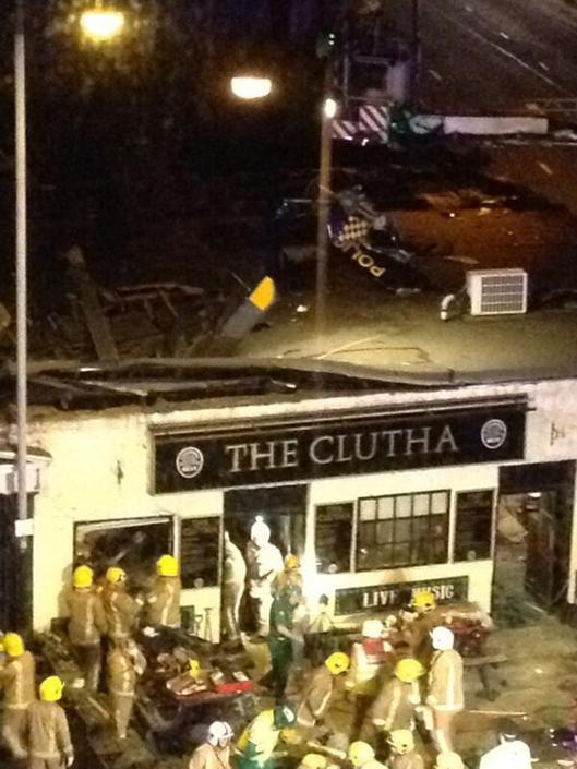 Un'immagine che mostra parte delle pale dell'elicottero che sporgono dal tetto del pub