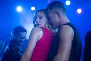 Scarlett Johansson (Barbara) e Joseph Gordon-Levitt (Jon) in una scena del film