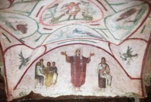 L'affresco mostra chiaramente una donna, in paramenti sacri, nell'atto di celebrare il rito religioso. Ma il Vaticano smentisce