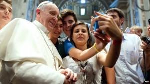 """La """"selfie"""" di Papa Francesco con i giovani fedeli è diventata virale"""