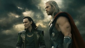 Tom Hiddleston (Loki) e Chris Hemsworth (Thor) in una scena del film