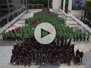 Va alla Thailandia il Guinness per l'albero di Natale umano più grande del mondo