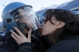 Il bacio di una manifestante No Tav a un agente di polizia (www.repubblica.it)