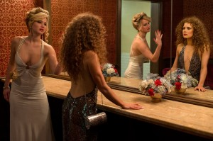 Le sensualissime Jennifer Lawrence e Amy Adams in una scena del film