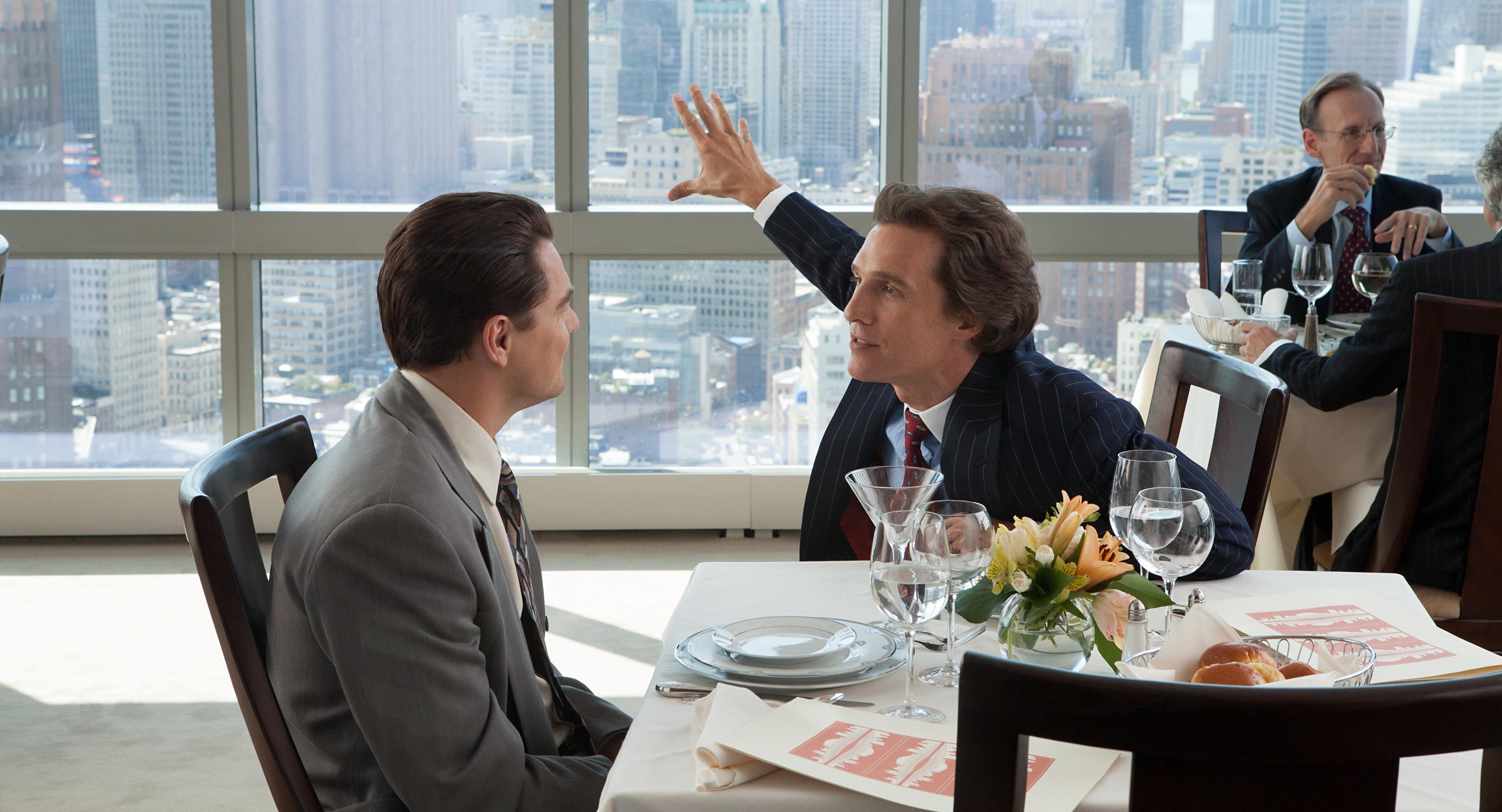Leonardo DiCaprio (Jordan Belfort) e Matthew McConaughey (Mark Hanna) in una scena del film