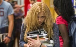 "Chloë Grace Moretz in una scena di ""Lo sguardo di Satana - Carrie"" (stiliq.com)"