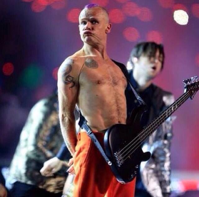 Il basso di Flea, sprovvisto di qualsiasi cavo di collegamento (foto via Facebook)