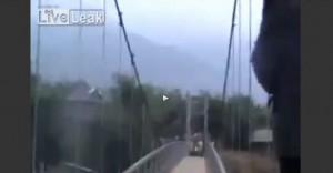 Crolla il ponte di Can Tho durante una marcia funebre