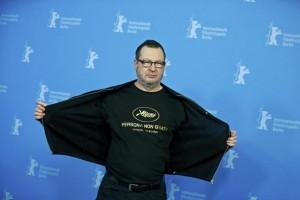 Il regista Lars Von Trier mostra ai fotografi la sua provocatoria maglietta contro il Festival di Cannes (ilsecoloxix.it)