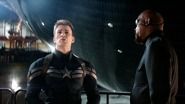 Chris Evans (Captain America) e Nick Fury (Samuel L. Jackson) in una scena del film