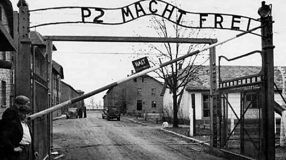 La foto contraffatta: P2 Macht Frei, al posto di Arbeit Macht Frei - il lavoro rende liberi (repubblica.it)