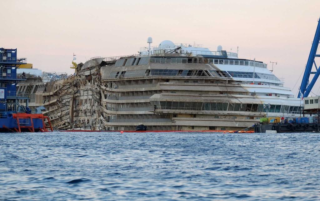 Costa-Concordia-Rotazione-smaltimento-genova-ristorante-volantino