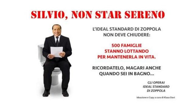 Silvio Berlusconi sulla tazza del wc