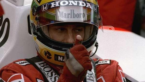 Ayrton Senna per 6 anni ha tenuto lo stesso paio di guanti (foto: autoblog.it)