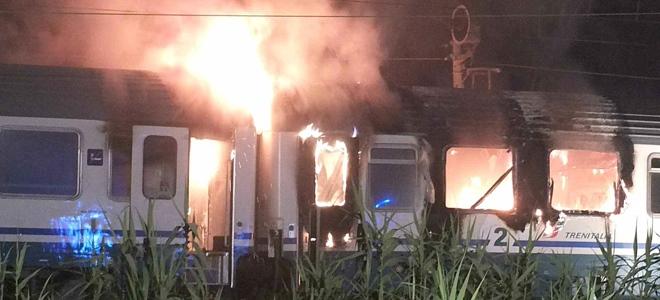 Le fiamme che si sono sprigionate dall'ultimo vagone dell'Intercity Napoli - Sestri Levante