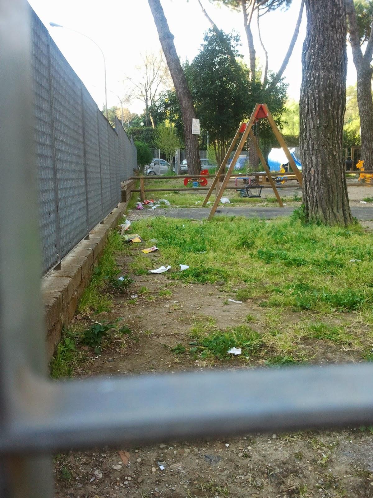Parco giochi in via Roverella a Roma: degrado e abbandono delle aree per i bimbi sono un problema diffuso nella Capitale (foto: romafaschifo.com)