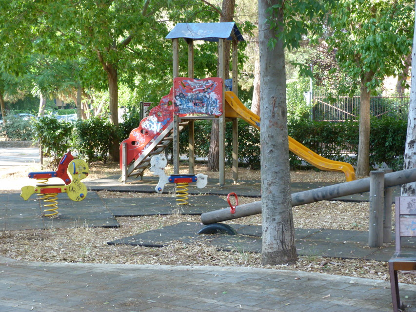 Un altro parco giochi lasciando all'incuria a Tor de' Cenci a Roma (foto: romatoday.it)