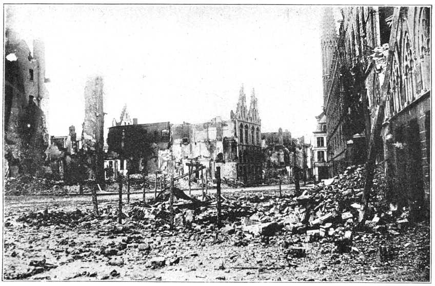 Le macerie di Ypres in una foto che immortala la città dopo la seconda battaglia, dal 22 aprile al 25 maggio 1915