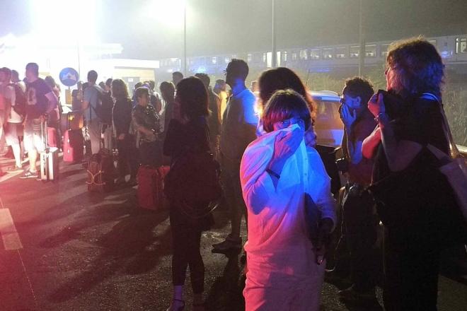 Tutti i passeggeri sono stati evacuati e poi soccorsi dal personale del 118. Sono tutti salvi