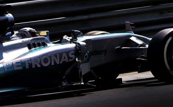Nonostante Schumacher sia sveglio dal coma e stia affrontando il percorso di riabilitazione, la Mercedes continua a essergli vicina col pensiero (foto:  Photo4)