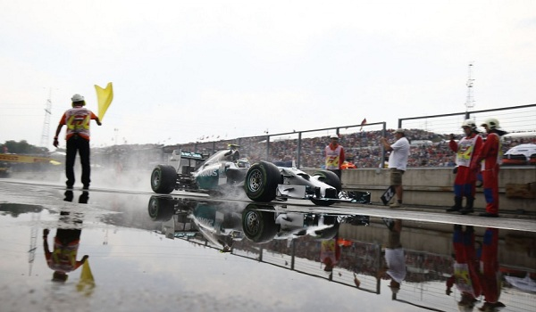 La gara ha preso il via con la pista bagnata: tutti montavano le gomme intermedie (foto:  Photo4)