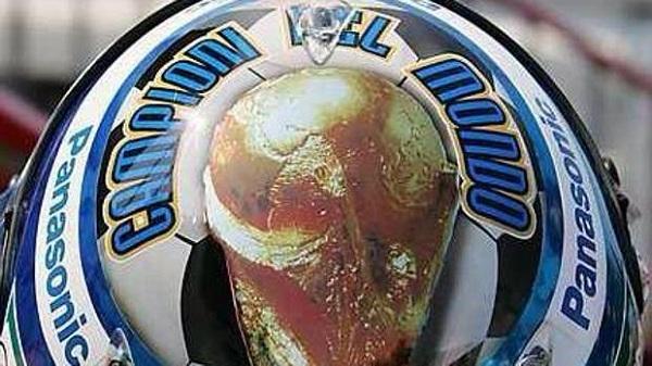 Il casco che Jarno Trulli ha usato nel 2006 per la vittoria dell'Italia (foto: Gazzetta dello Sport)