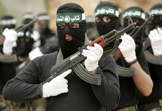 Giovani guerriglieri del movimento islamico di Hamas