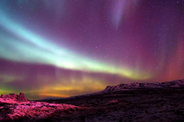 Le aurore sono causate dall'interazione tra gli sciami di particelle e i campi magnetici dei poli