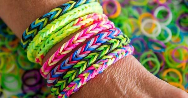 Bracciali con gli elastici, la moda di questa estate