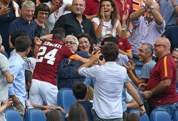 Florenzi esulta abbracciando la nonna