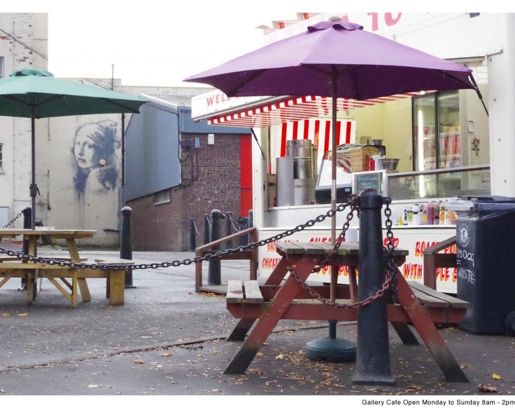 Il camioncino degli hot dog definito da Banksy come la  galleria d'arte ideale per esporre le proprie opere