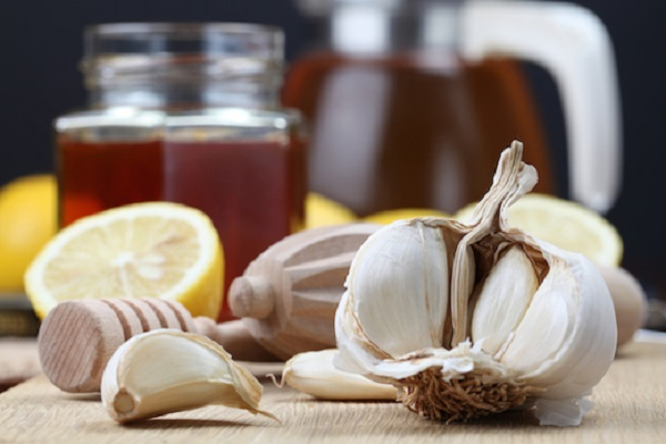 Aglio, miele, limone e molti altri prodotti che normalmente abbiamo in casa possono essere preziosi per la nostra salute (hungryforchange.tv)