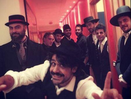 Mannarino e la sua band (foto via: www.facebook.com/officialmannarino)
