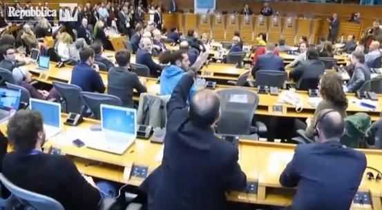 video-grillo-giornalista-referendum-euro-litigio-litiga-lorenzo-consoli