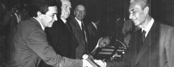 La storica stretta di mano tra Enrico Berlinguer e Aldo Moro (unità.it)