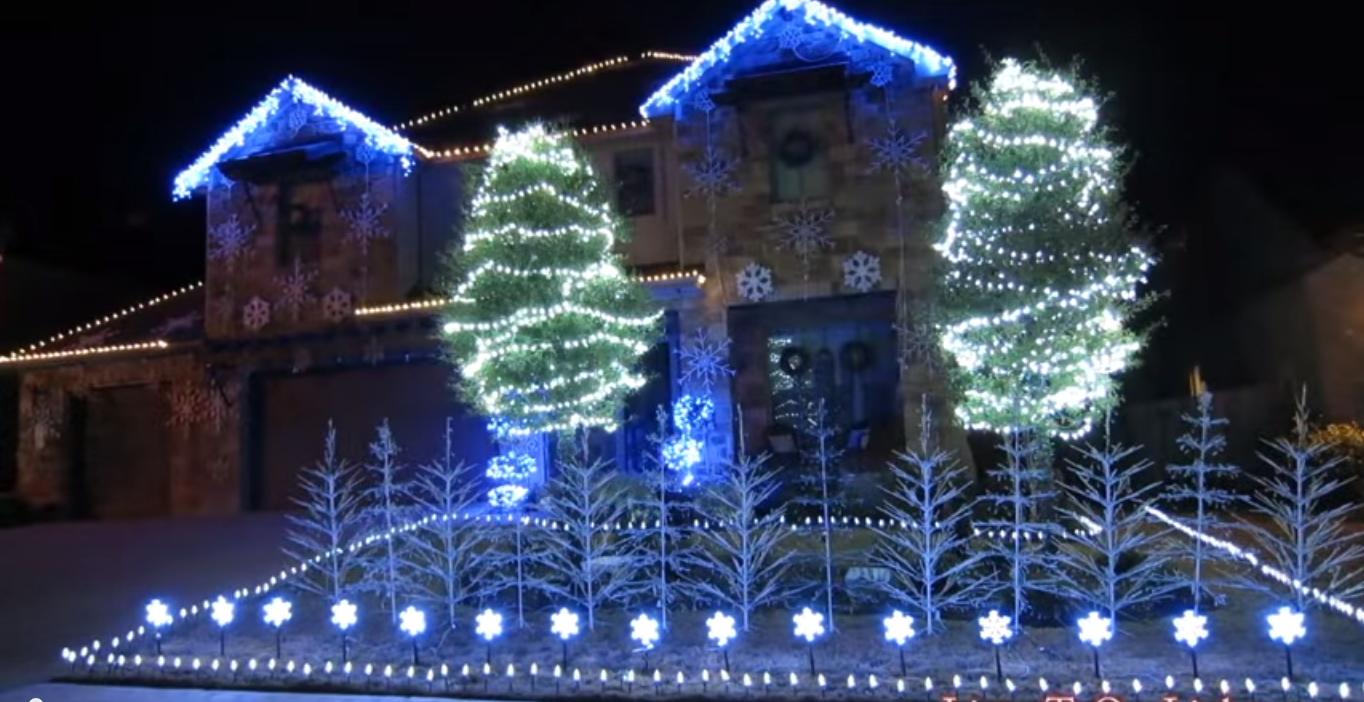 Video la casa con luci di natale a tema frozen per delle - Decorazioni natalizie esterne ...