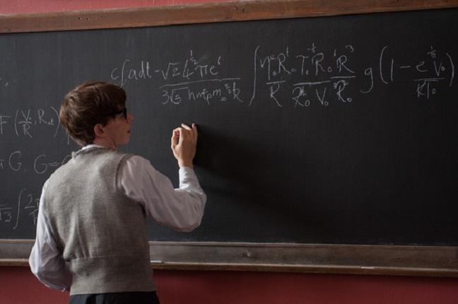 """Eddie Redmayne nei panni di Stephen Hawking in una scena di """"La teoria del tutto"""" (filmedvd.it)"""