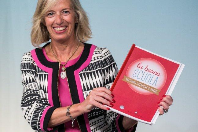 Il ministro Stefania Giannini con il documento sulla riforma della scuola (Fonte foto: www.ischool.startupitalia.eu)