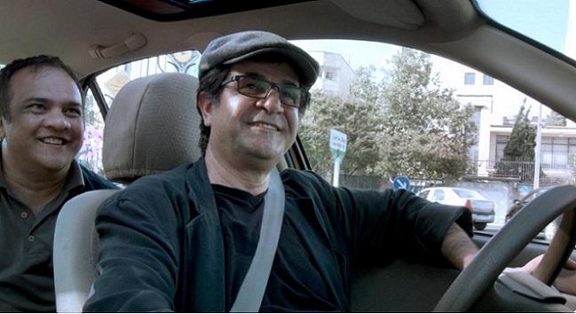 "Jafar Panahi nei panni di un tassista nel suo ""Taxi"" (twimg.com)"