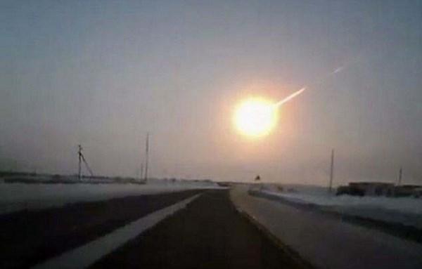 Il meteorite di Chelyabinsk, fotografato dagli automobilisti (fonte: mundoesotericoparanormal.com)