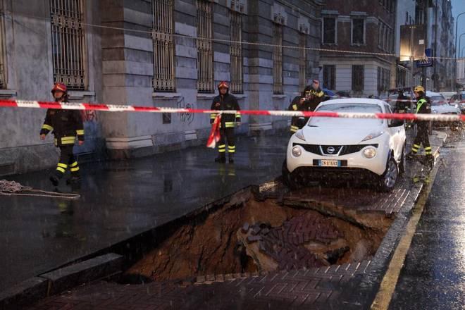 La voragine che ha inghiottito un'automobile in centro a Milano (Fonte foto: www.ilmessaggero.it)