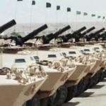 Una schiera di carri armati in Arabia Saudita