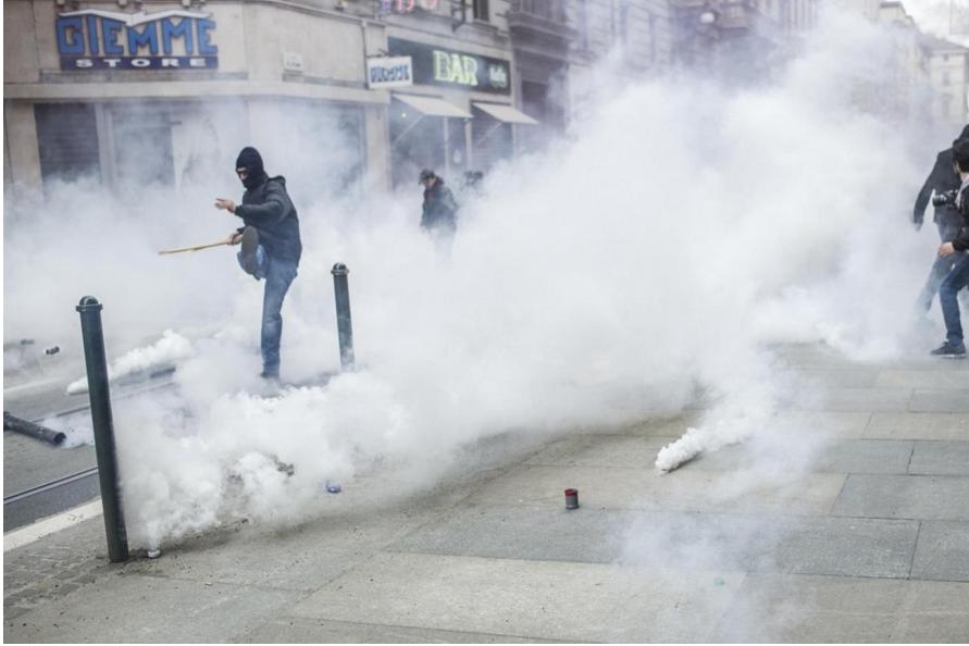 Torino, scontri tra polizia e antagonisti al corteo anti Lega Nord  otto fermati. Salvini   Triste manifestare protetti da grate  - Il Fatto Quotidiano
