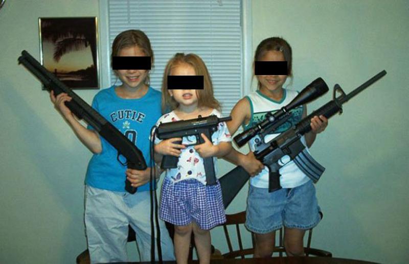 foto generica di bambine americane con fucile (www.dagospia.com)